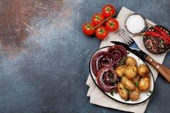 Poulpe grillé avec de petites pommes de terre photographie stock