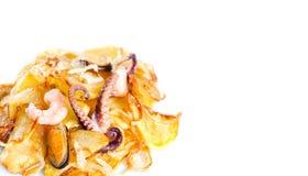 Poulpe, moule et crevette avec des pommes frites Plat de fruits de mer au-dessus des pommes de terre frites Fond blanc Copiez l'e Photos stock