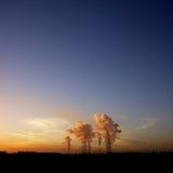 Poultion da torre refrigerando no por do sol Imagens de Stock