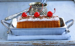 Pound cake with sugar and berries Royalty Free Stock Photos