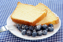 Pound-Kuchen und Blaubeeren Stockfotografie