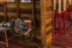 Poupée asiatique d'argile avec le modèle antique de mode de vie photos libres de droits