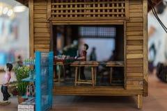 Poupée asiatique d'argile avec le modèle antique de mode de vie image stock