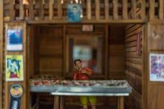 Poupée asiatique d'argile avec le modèle antique de mode de vie photo stock