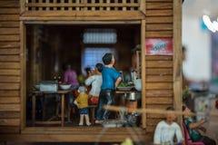 Poupée asiatique d'argile avec le modèle antique de mode de vie images stock