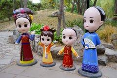 Poupée avec la robe de Qing Dynast dans le vieux palais d'été photographie stock