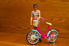 Poupée avec une bicyclette Photographie stock