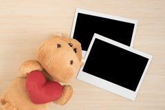 Poupée brune mignonne d'hippopotame avec les cadres instantanés de photo Photo libre de droits