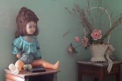 poupée cassée vieille photographie stock libre de droits