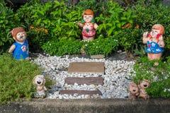 poupée d'argile et passage couvert de pierre Photo libre de droits