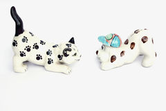 Poupée de chat et de chiot d'isolement sur le fond blanc Image stock