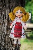 Poupée de chiffon dans le costume folklorique roumain traditionnel photos stock