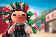 Poupée de chiffon mexicaine dans une robe traditionnelle sur un village mexicain Images stock