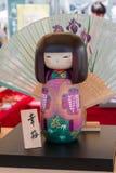 Poupée de Kokeshi et parapluie en bois japonais traditionnels de wagasa dedans Images stock