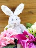 Poupée de lapin et décoration de jour de Pâques de giftbox Photos stock
