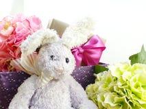 Poupée de lapin et décoration mignonnes de jour de Pâques de giftbox Photographie stock
