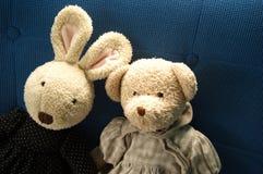 Poupée de lapin et d'ours se reposant ensemble en tant qu'ami sur le backgr bleu Image stock