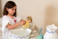 Poupée de lavage de fille victorienne image stock