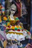 Poupée de marionnette de Columbine dans la fenêtre de la boutique Photos stock