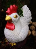 Poupée de poulet dans le jardin image stock