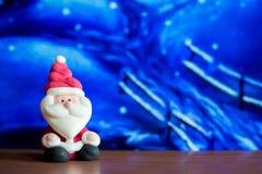 Poupée de Santa Claus à l'arrière-plan de maison Symbole coloré de Noël Utilisation comme papier peint ou milieux Préparez pour l Photo libre de droits