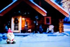 Poupée de Santa Claus à l'arrière-plan de maison Symbole coloré de Noël Utilisation comme papier peint ou milieux Préparez pour l Photographie stock libre de droits