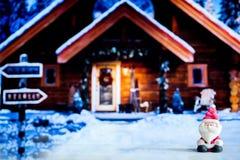 Poupée de Santa Claus à l'arrière-plan de maison Symbole coloré de Noël Utilisation comme papier peint ou milieux Préparez pour l Images libres de droits