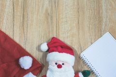 Poupée de Santa Claus avec le chapeau et le carnet rouges de Santa Claus Image libre de droits