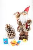 Poupée de Santa Claus de vintage avec le pincone et les boîte-cadeau Images stock