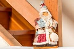 Poupée de Santa près d'escalier Photos stock