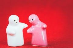 Poupée deux en céramique sur le tissu rouge Images libres de droits