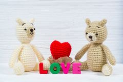 Poupée douce d'ours de nounours de couples dans l'amour avec le texte d'amour et le knit rouge Images stock