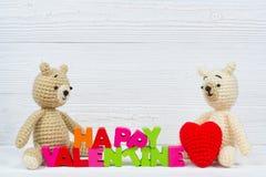 Poupée douce d'ours de nounours de couples dans l'amour avec le texte et le rouge de valentine Photographie stock libre de droits