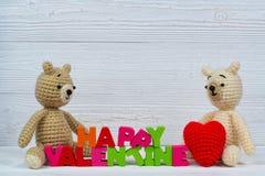 Poupée douce d'ours de nounours de couples dans l'amour avec le texte et le rouge de valentine Image stock