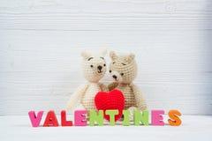 Poupée douce d'ours de nounours de couples dans l'amour avec le texte et le rouge de valentine Photos stock