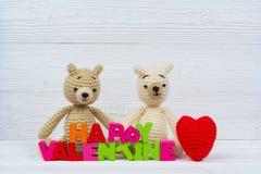 Poupée douce d'ours de nounours de couples dans l'amour avec le texte et le rouge de valentine Photo stock