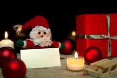 Poupée du père noël avec la décoration de Noël et un signe vide Images stock
