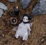 Poupée effrayante de vaudou avec les bougies noires Photo libre de droits