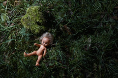 Poupée effrayante Mauvais traitement à enfant Scène criminelle photos stock
