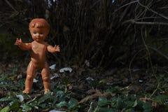 Poupée effrayante Mauvais traitement à enfant Scène criminelle Photographie stock