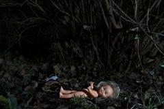 Poupée effrayante Mauvais traitement à enfant Scène criminelle image libre de droits