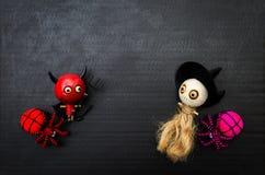 Poupée en bois de Ghost avec l'araignée de laine sur le fond noir Images stock