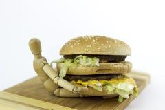 Poupée en bois tenant un hamburger Image stock