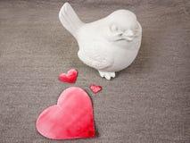 Poupée et coeurs d'oiseau Photographie stock