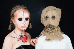 Poupée et Jackstraw morts de Halloween Garçon et fille avec bonjour Photographie stock