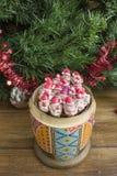 Poupée et Santa Clauses en bois peintes de matrioshka d'argile Image stock