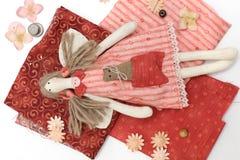 Poupée fabriquée à la main de textile et accessoire de couture Images stock