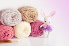 Poupée faite main de crochet Poupée mignonne de lapin sur le fond blanc Image stock