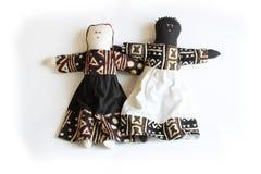 Poupée noire et poupée blanche tenant côte à côte l'unité de concept Images libres de droits