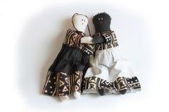 Poupée noire et blanche tenant l'harmonie raciale de concept de mains, inclusion Images libres de droits
